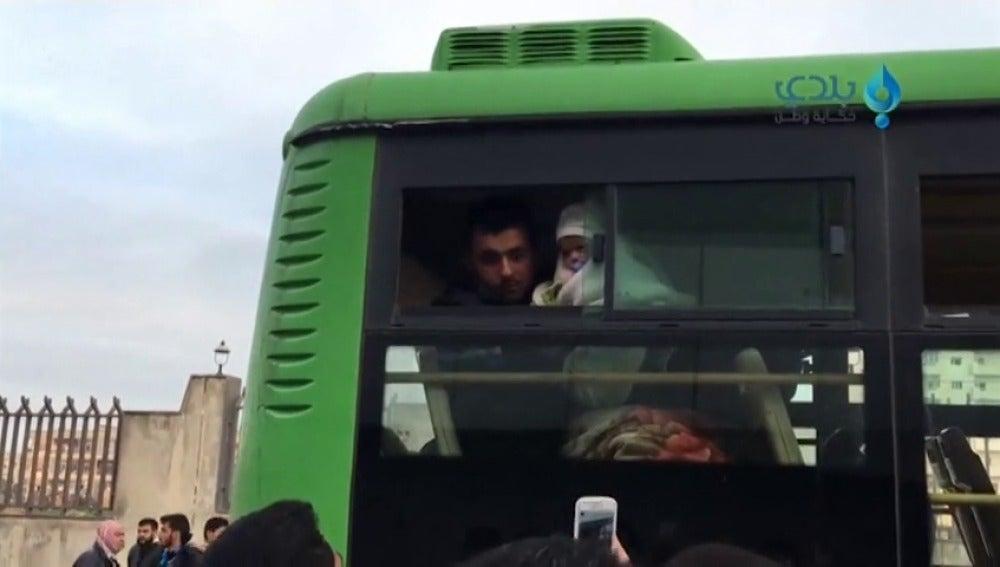 Frame 11.118506 de: Los civiles sirios siguen abandonando la ciudad de Homs tras el acuerdo entre Rusia y Bashar Assad