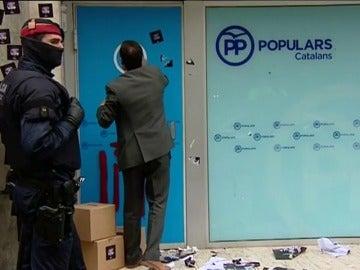 Frame 20.238233 de: Las Juventudes de la CUP ocupan la sede del PP de Cataluña