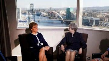 La primera ministra del Reino Unido, Theresa May, junto con la ministra principal escocesa, Nicola Sturgeon