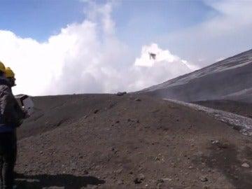 Frame 4.970443 de: Los vulcanólogos utilizan drones para estudiar la actividad del volcán Etna