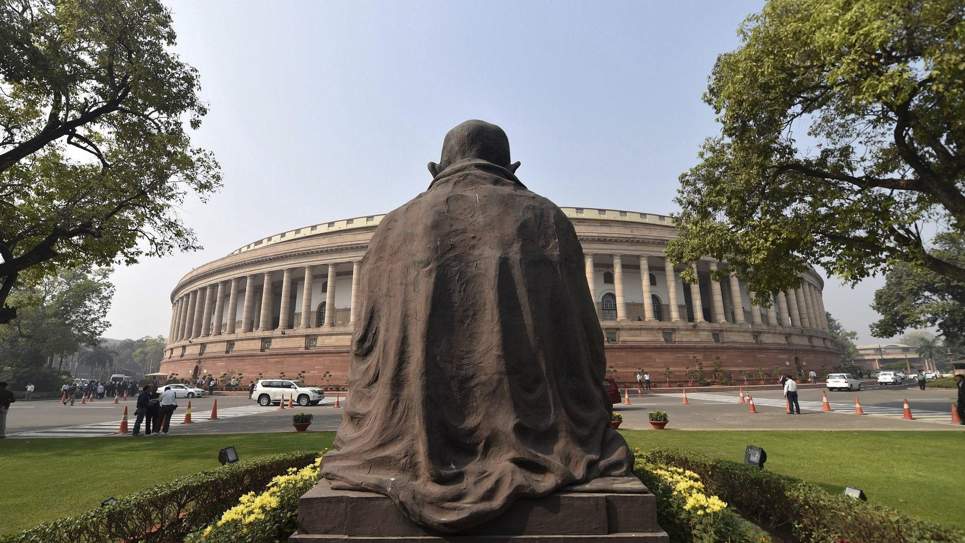 Vista de la parte de atrás de la estatua de Mahatma Gandhi frente al Parlamento en Nueva Delhi
