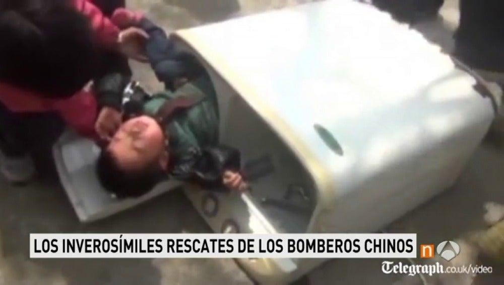 Frame 56.268333 de: Los rescates más increíbles y angustiosos de los bomberos a los niños chinos