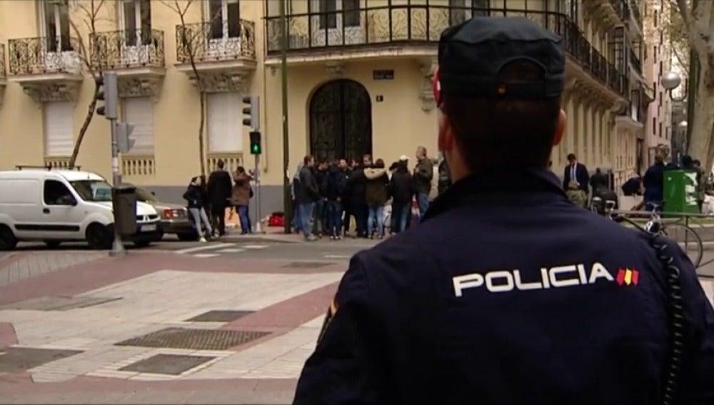 Frame 31.552683 de: Desalojan a los miembros del colectivo de extrema derecha Hogar Social de un edificio en el barrio de Salamanca