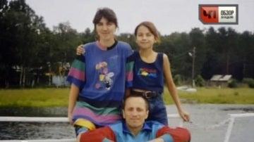 Popkov junto a su familia en una foto de recuerdo