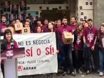 """Frame 4.522932 de: La CUP defiende que la ocupación de la sede del PP catalán es """"una clásica acción de calle"""""""