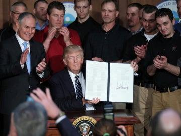 Trump firma una orden para empezar a desmantelar el legado climático de Obama