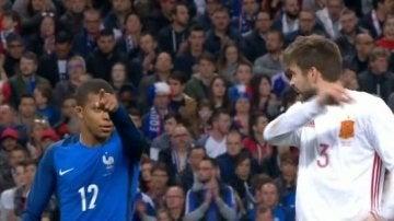 Mbappé dialoga con Piqué durante el Francia - España
