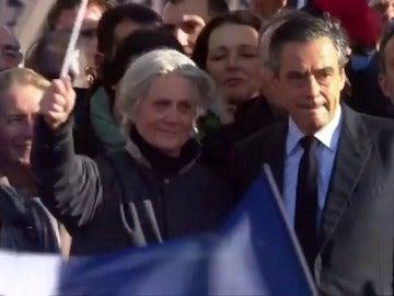 Frame 7.912756 de: Penélope Fillon podría haber falsificado un documento para justificar su empleo como asistenta de su marido