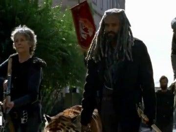 Frame 83.068917 de: 'The Walking Dead': El rey Ezekiel y Shiva entran en acción