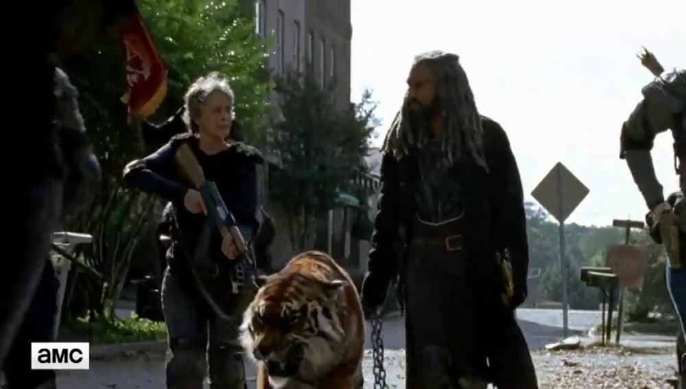 Frame 81.340264 de: 'The Walking Dead': El rey Ezekiel y Shiva entran en acción