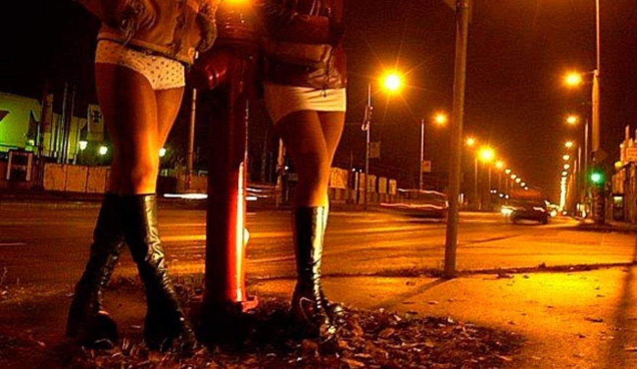 Dos prostitutas en la calle