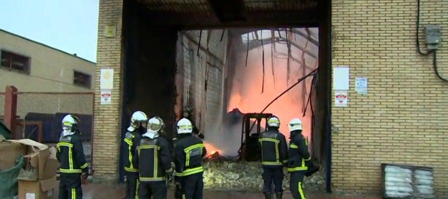 Antena 3 tv un incendio arrasa una nave industrial en un for Oficinas getafe cf