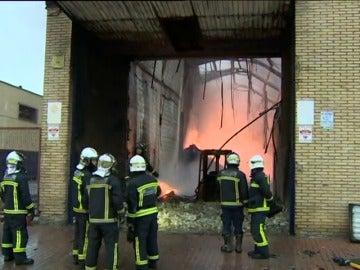 Frame 23.737777 de: Un incendio arrasa una nave industrial en un polígono de Getafe