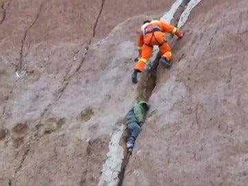 Frame 9.063083 de: Un niño se cae por un acantilado y se queda atrapado en una grieta a 40 metros de altura