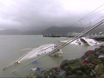 Frame 39.290395 de: Australia limpia y evalúa los daños tras el paso del ciclón Debbie de categoría 4