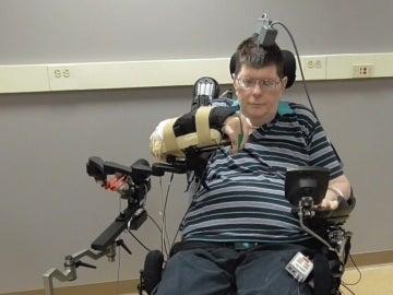 Bill Kochevar probando la neuroprótesis