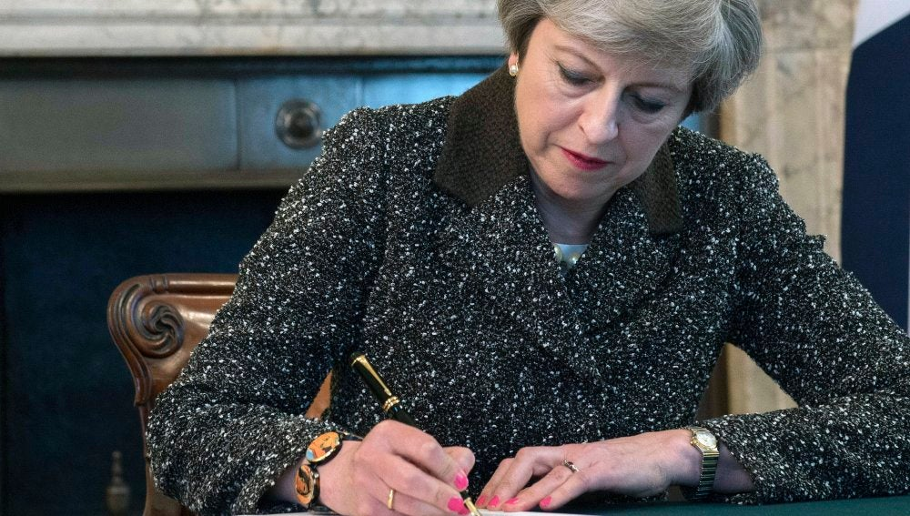 Theresa May firma la carta con la que el Reino Unido solicitará formalmente la retirada del país de la UE