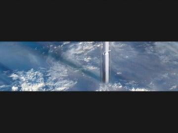 Frame 27.344566 de: Unos arquitectos plantean construir un rascacielos en un asteroide sobre la Tierra
