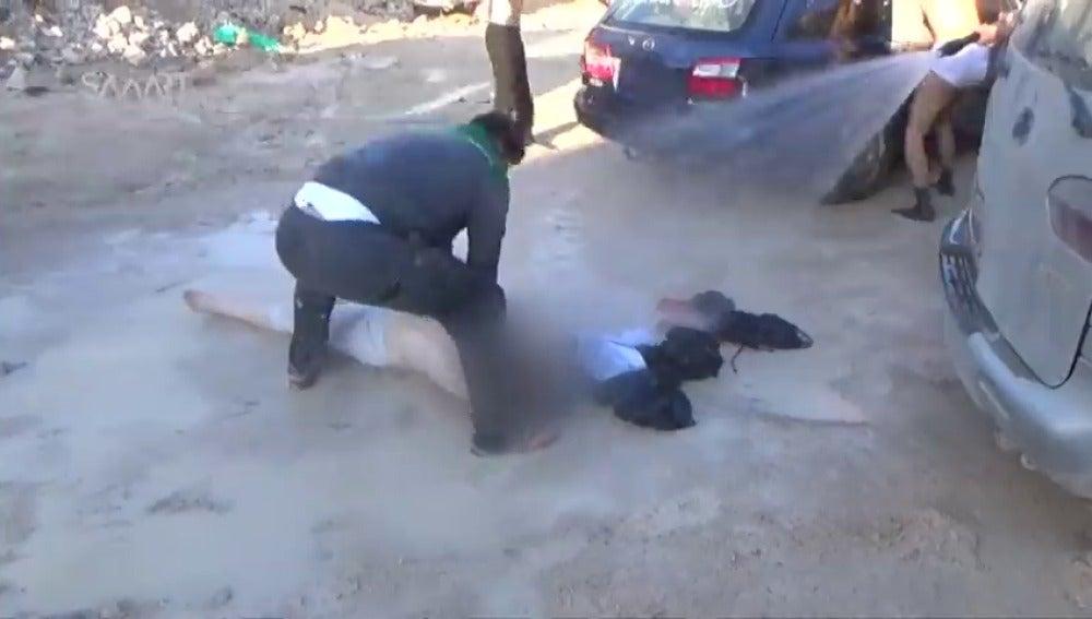 Frame 22.682543 de: Un supuesto ataque químico mata al menos a 100 personas y a otras ocho en un bombardeo al norte de Siria