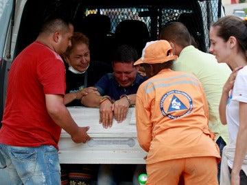 El preso Ricardo Alegría llora sobre la tumba de su hija