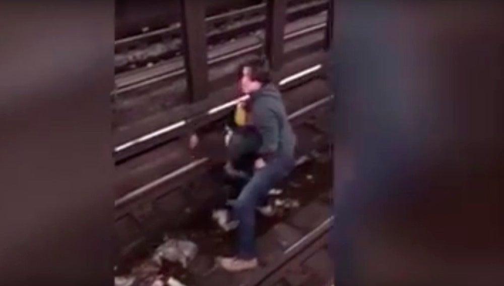 Salva la vida a un hombre que cayó a las vías del metro