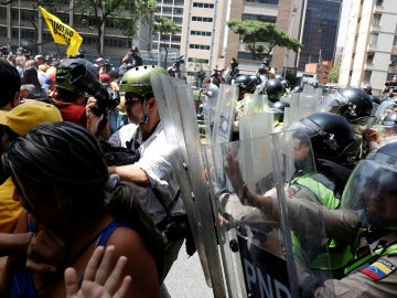 La policía disuelve la marcha opositora en Venezuela