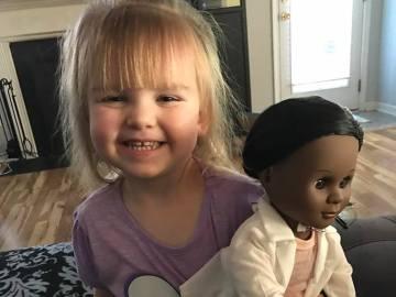 Sophia junto a su nueva muñeca