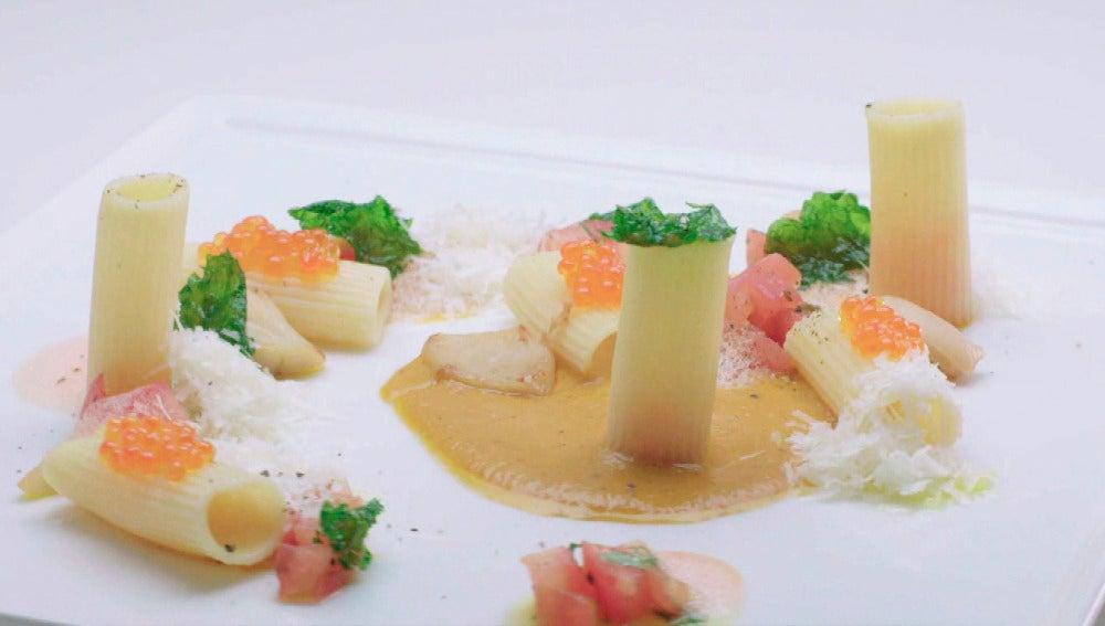 Macarrones con tres texturas de tomate, vieiras, huevas de trucha, chips de melisa y parmesano