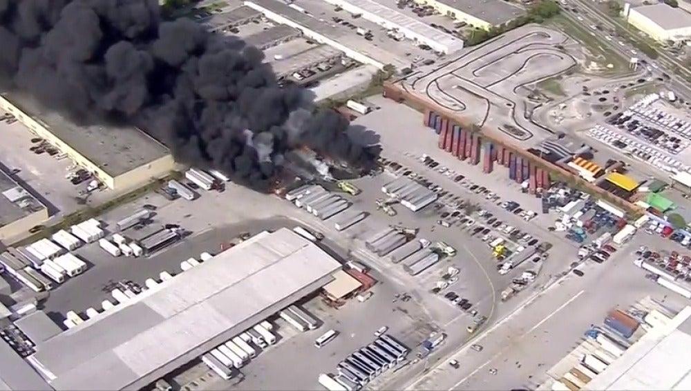 Frame 1.688911 de: Un incendio consume varios camiones en unos almacenes  de Opa-Locka en Florida
