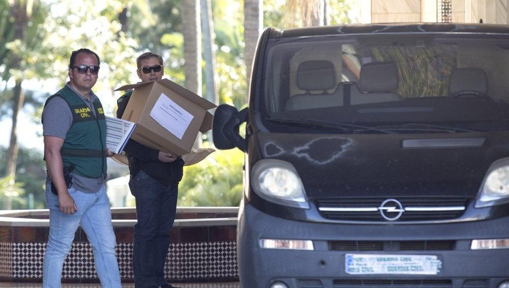 Efectivos de la Guardia Civil portan cajas en la puerta del edificio Gray d'Albion