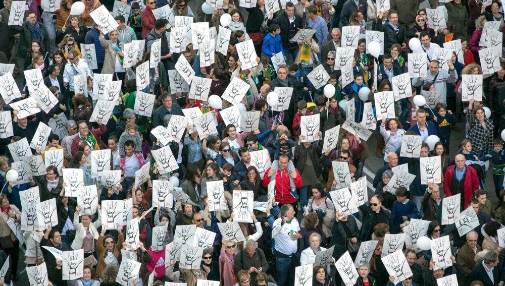 Miles de manifestantes se quejan en Zaragoza del cierre de aulas concertadas