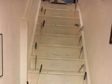Los cuchillos clavados en la escalera