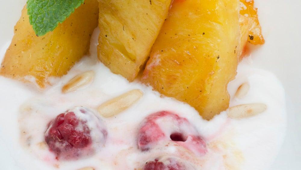 Piña con yogur y frambuesas.