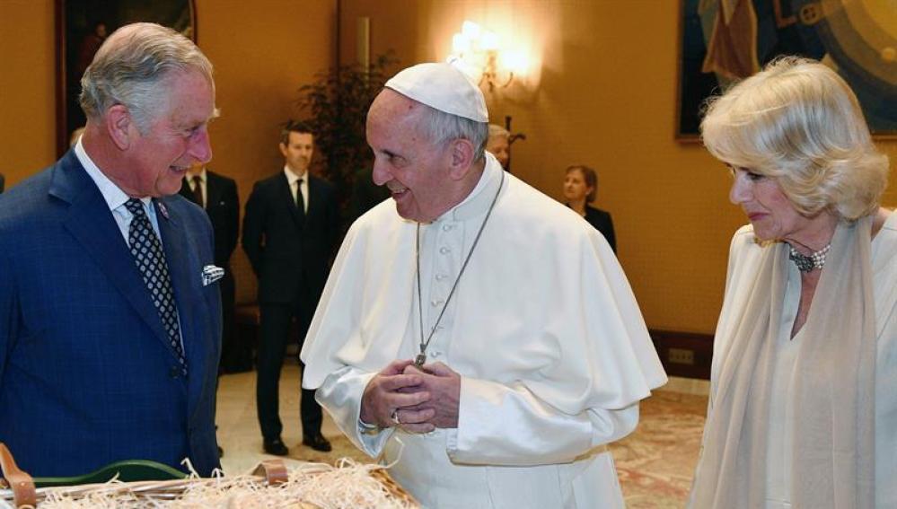 El Papa Francisco junto a los príncipes de Gales