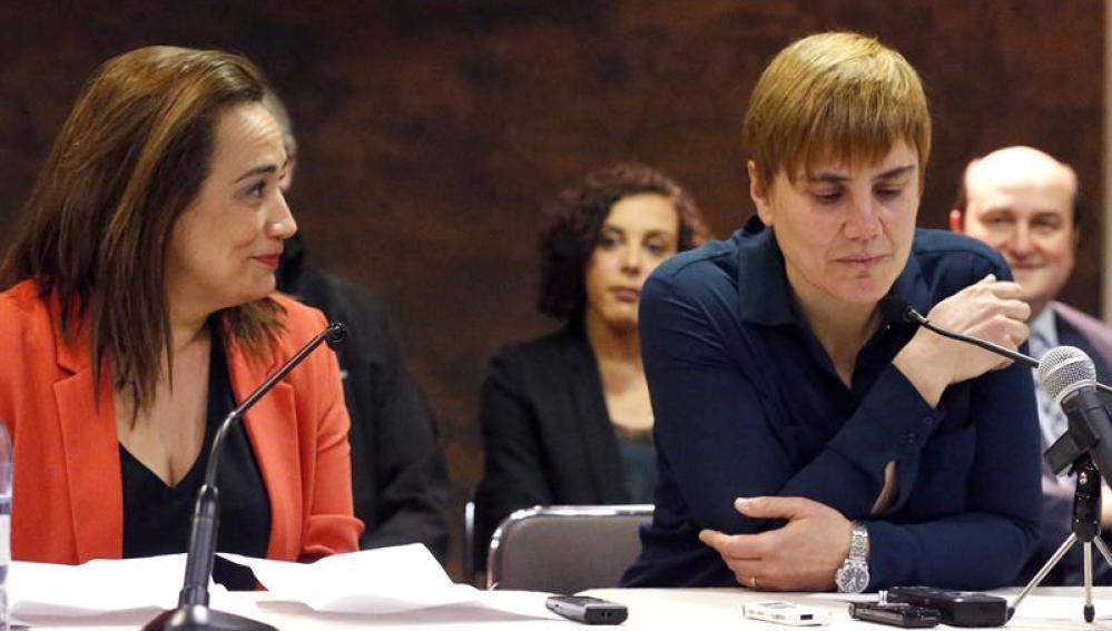 Rafaela Romero, del PSE-EE junto a la secretaria general de LAB, Ainhoa Extaide