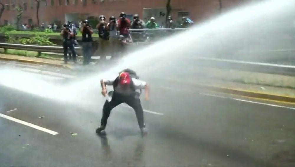 Frame 31.513997 de: Brutal represión en Venezuela contra una multitudinaria marcha de la oposición