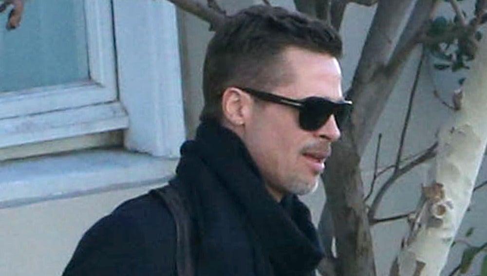 Brad Pitt a la salida de su casa