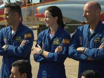 Frame 13.723961 de: Una mujer pilota, por primera vez, un avión de la patrulla Águila