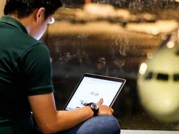 Un joven con un iPad