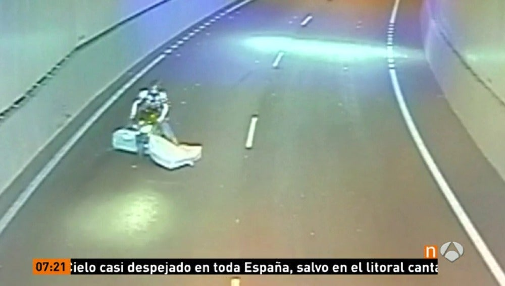 ANTENA 3 TV | Un colchón que sale disparado de un camión cae sobre ...
