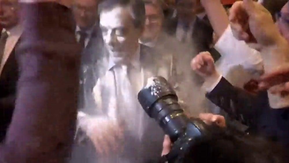 Frame 4.163544 de: Un joven arroja harina al candidato conservador francés François Fillon en un mitín