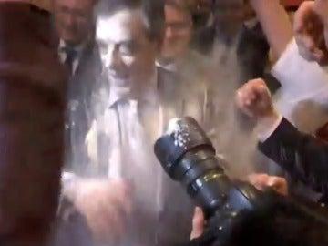 François Fillon acaba bañado de harina en un mitín
