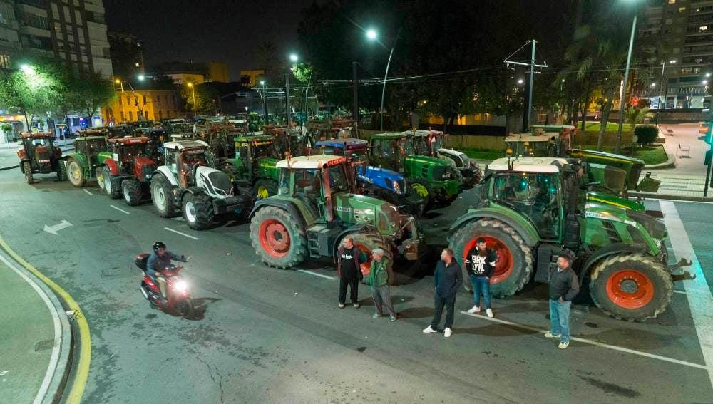 Doscientos tractoristas del campo de Cartagena mantienen un bloqueo de tráfico