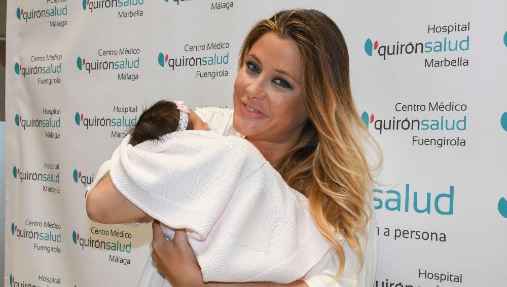 La modelo y miss España, Elisabeth Reyes, presenta a su hija ante los medios