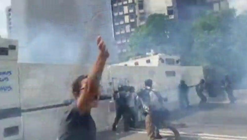 Frame 23.057726 de: Muere un joven durante una protesta a las afueras de Caracas