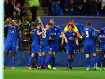 Wes Morgan, capitán del Leicester junto a su equipo