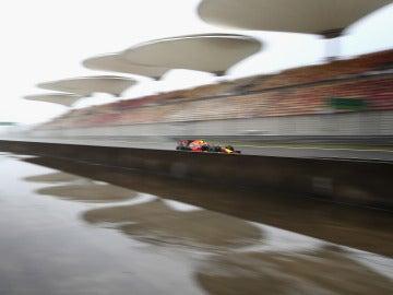 Max Verstappen rueda sobre el mojado asfalto de Shanghái