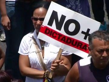 Frame 56.725471 de: Un joven, asesinado durante una protesta a las afueras de Caracas