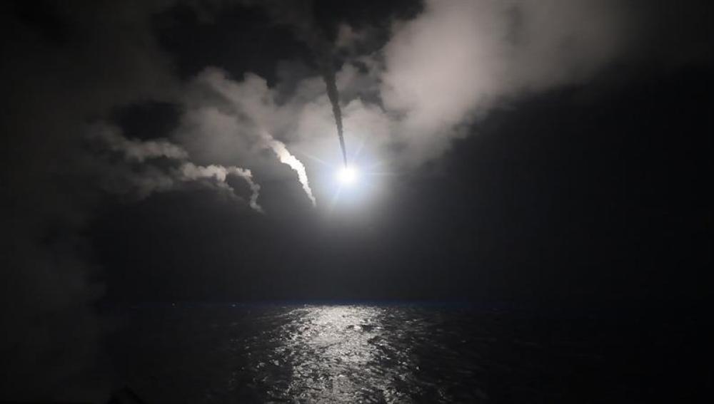 Momento en el que EEUU lanza los misiles Tomahawk para atacar una base aérea siria