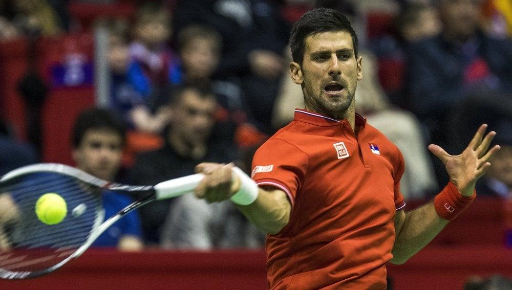 Djokovic devuelve la bola en un partido con Serbia